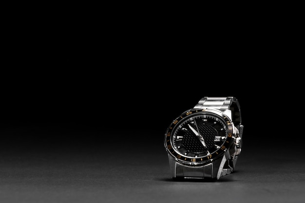 黒の背景の高級時計。分離された黒の背景で見る。革ベルト。 40mmディスク。レディース、メンズ腕時計
