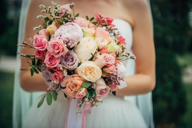 Роскошный свадебный букет со свежими цветами