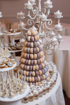 豪華な結婚式のキャンディーバーテーブルセット。