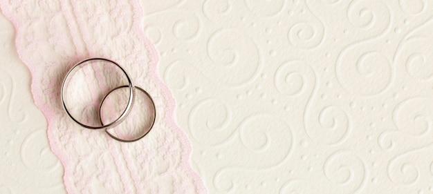 豪華なウェディングコンセプトの結婚指輪とリボン