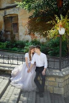 럭셔리 웨딩 커플 포옹과 맑은 빛에서 키스를 포용. 관능적 인 부드러운 감정적 인 순간에 화려한 신부와 세련된 신랑.
