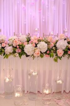 Роскошная свадебная флористика в розовых тонах. концепция свадебных мероприятий. важные события в жизни. праздник и праздник. дизайн и красота. стиль жизни.