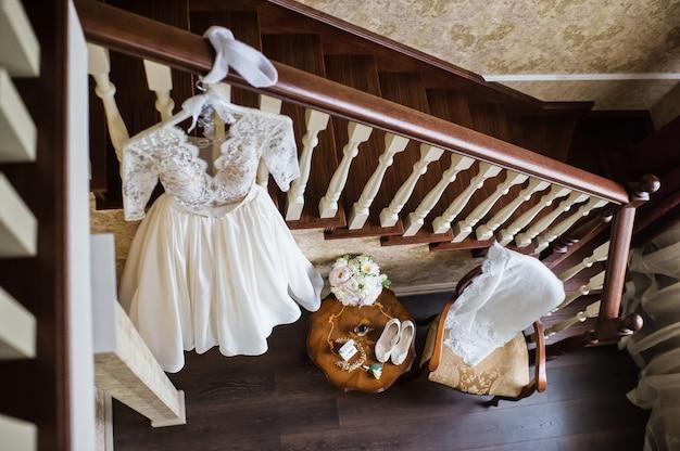 Роскошное свадебное кружевное платье в классическом интерьере отеля