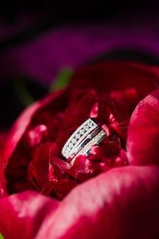 ホワイトゴールドのダイヤモンドの豪華な結婚指輪をクローズアップ。