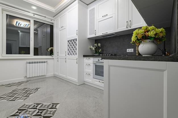 고급스럽고 현대적인 흑백 주방