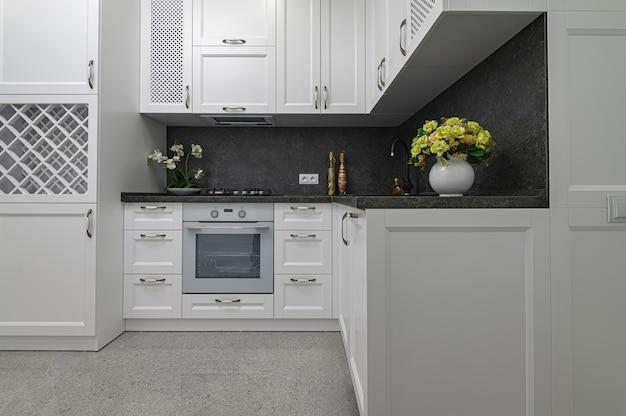 Роскошная и хорошо продуманная современная черно-белая кухня