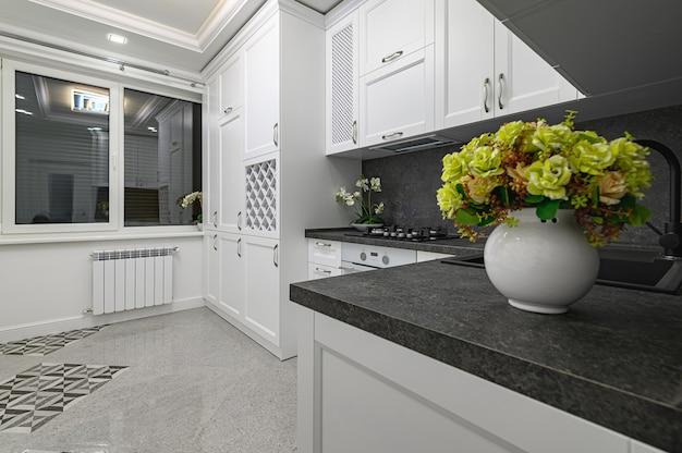 豪華でよくデザインされたモダンな黒と白のキッチン