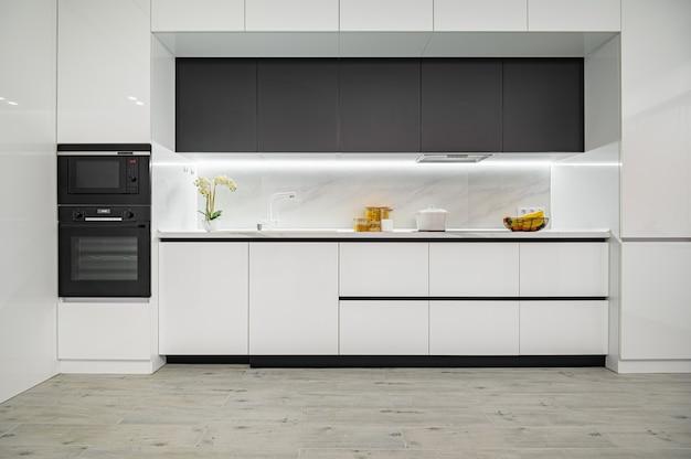 Роскошная белая и черная современная мраморная кухня, вид спереди