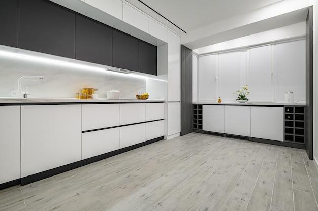 豪華な白と黒のモダンな大理石のキッチン