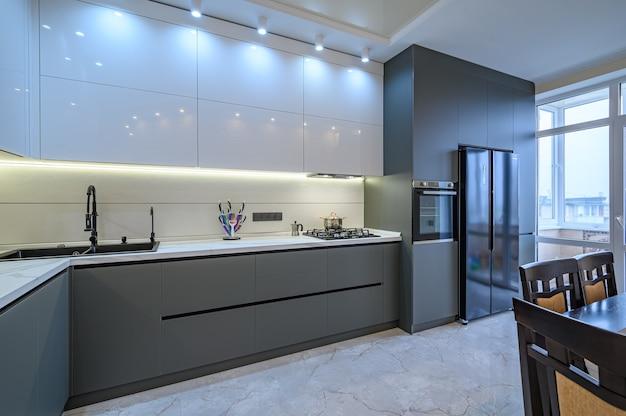 Роскошный белый и темно-серый современный интерьер кухни