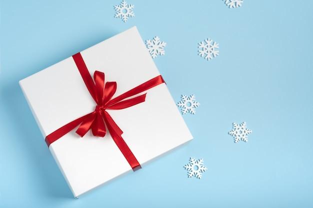 빨간 리본 및 눈송이 럭셔리 흰색 선물 상자. 크리스마스, 새해