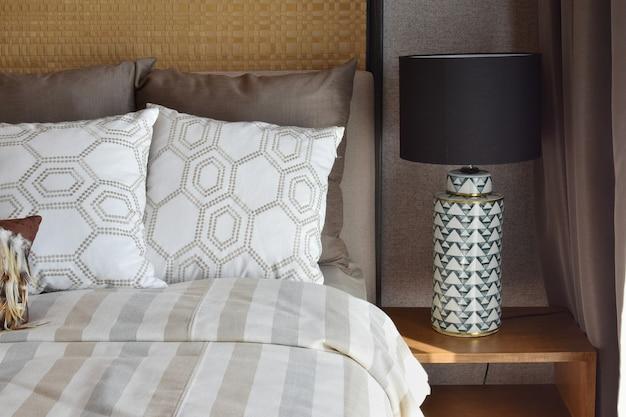 Роскошная белая лампа на деревянном столе в спальне дома