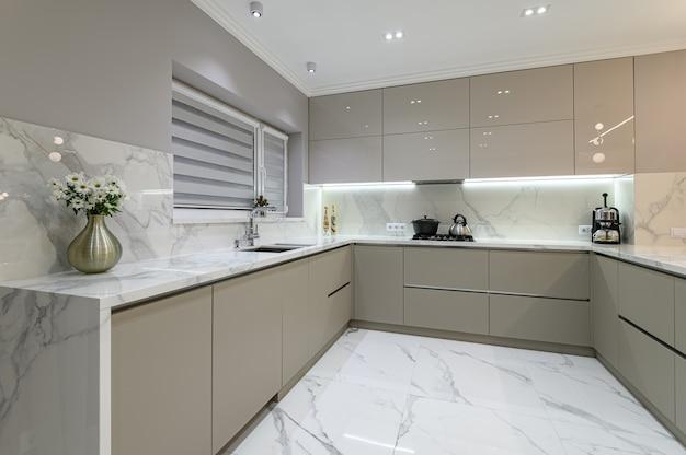 스튜디오 공간에 고급스러운 흰색 현대 대리석 주방