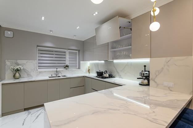 スタジオスペースの豪華な白いモダンな大理石のキッチン