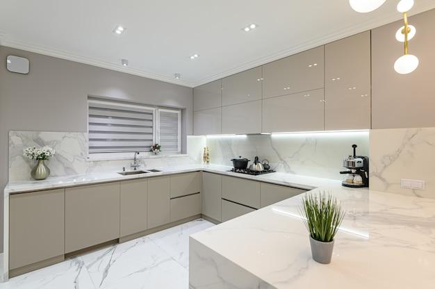 Роскошная белая современная мраморная кухня в студии