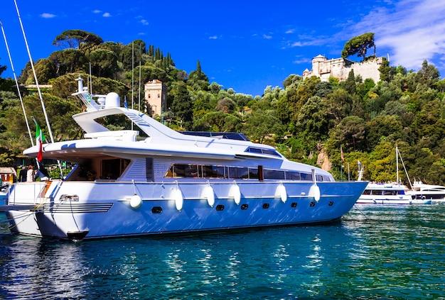 Роскошная белая яхта в гавани портофино, италия