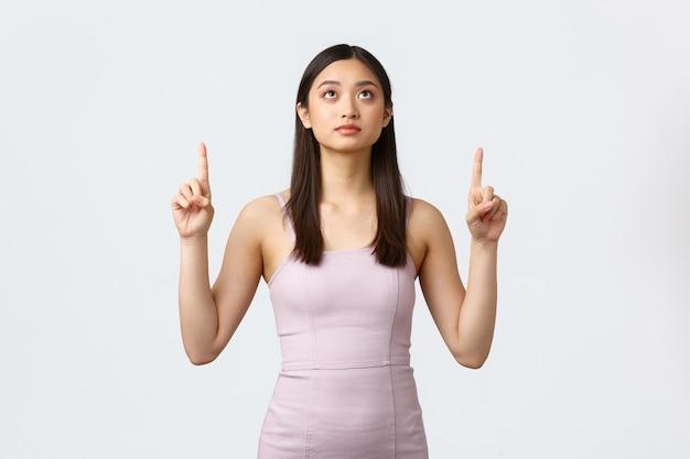 贅沢な女性、パーティー、休日のコンセプト。大学でウエディングナイトを持っている若いエレガントなアジアの女性、豪華なドレスを着る