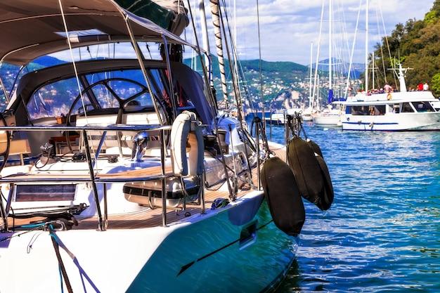 Роскошная яхта в гавани города портофино, лигурия, италия