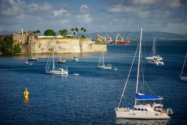 表面に砦がある青い海に停泊している豪華ヨット