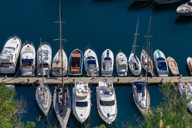 Роскошные яхты в заливе монако, монте-карло, лазурном берегу, французской ривьере.