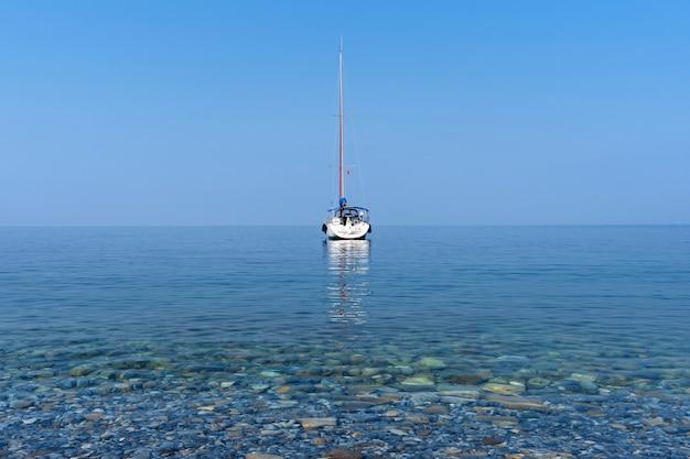 Роскошные яхты на синем океане.