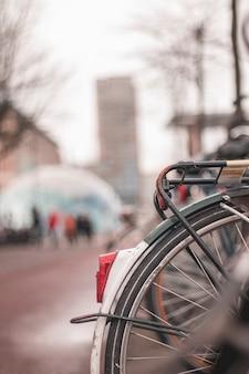 Luz trasera de una bicicleta aparcada en la calle