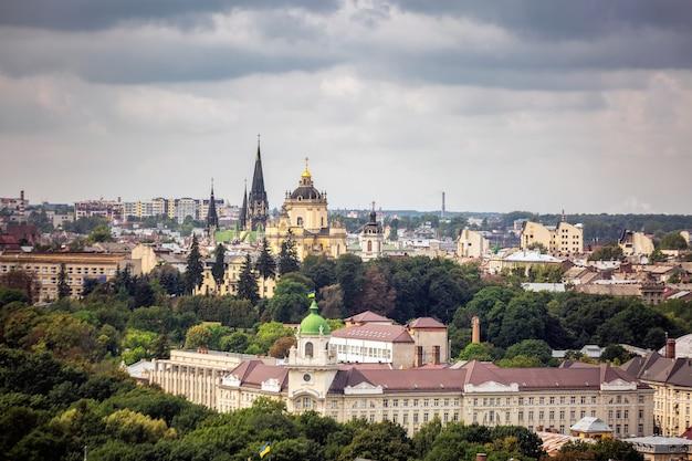Вид на центр города львов, исторический центр с крыши на закате, украина