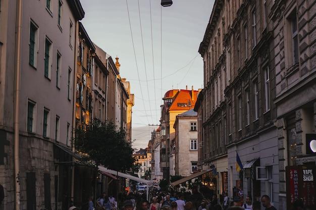 Львов. украина 29 июня 2019 вечерние огни и закат в центре города. кафе, люди, лето.
