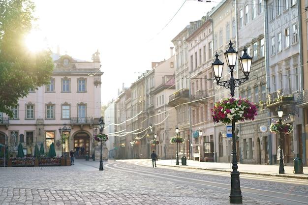 Львов, украина - июнь 2021: фонарь на рыночной площади во львове, украина