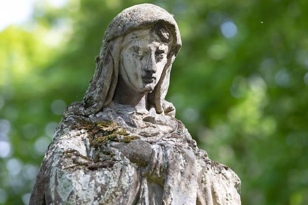 リヴィウ、ウクライナ-2020年5月25日:リヴィウの古いリチャキフ墓地。 lychakivskyj墓地の墓にある古い像