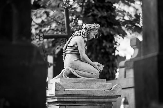 Львов, украина - 25 мая 2020 г .: старое лычаковское кладбище во львове. старая статуя на могиле на лычаковском кладбище