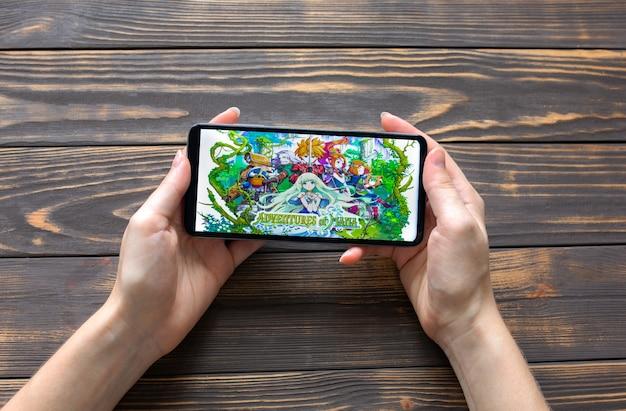 Lviv, 우크라이나 - 2020년 10월 25일: 최신 스마트폰에서 모바일 게임 adventures of mana를 재생합니다.