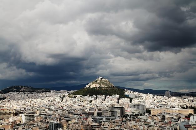 Взгляд афин, греции. вид lycabettus.stormy и дождливое небо.