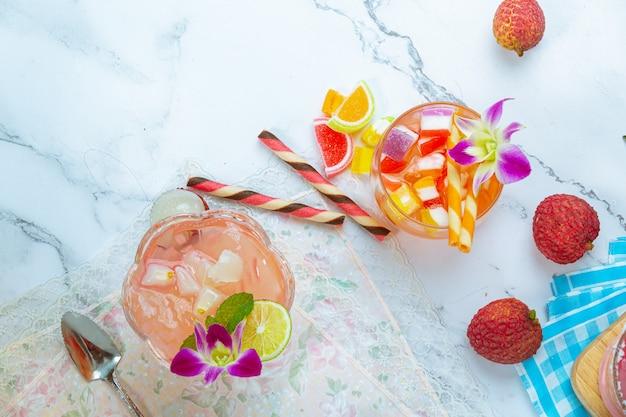 ライチゼリー、季節のフルーツ、美しく装飾されたタイのデザートのコンセプト。