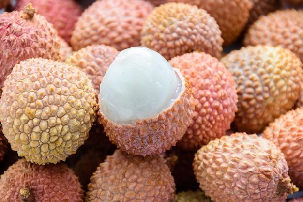 열매(lee-chee; litchi chinensis)는 솝베리과의 litchi 속의 유일한 구성원인 sapindaceae입니다. 껍질이 없는 익은 리치. 열대 과일.