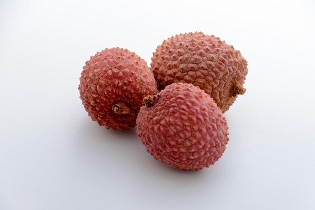 열매(lee-chee; litchi chinensis)는 솝베리과의 litchi 속의 유일한 구성원인 sapindaceae입니다. 세 열매는 흰색 배경에 있습니다. 열대 과일.