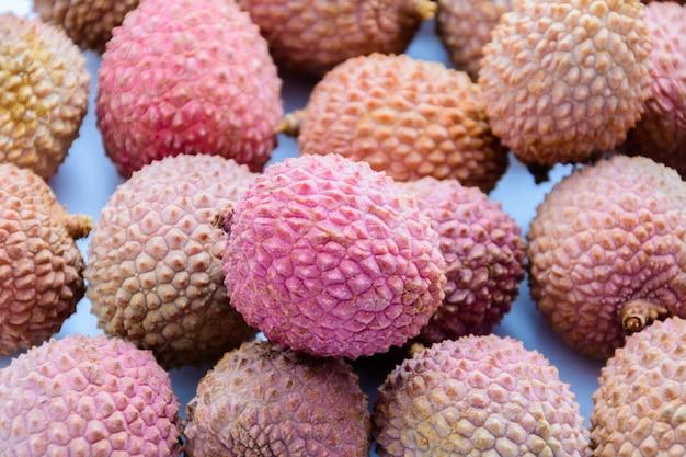 열매(lee-chee; litchi chinensis)는 솝베리과의 litchi 속의 유일한 구성원인 sapindaceae입니다. 열대 과일.