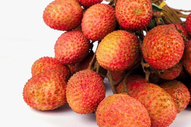 分離されたライチの赤い果実