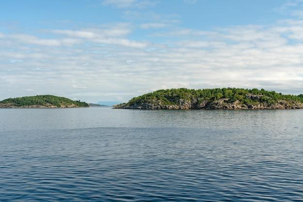 Люсе-фьорд, норвегия, вид живописный пейзаж горы морской фьорд на зеленых островах в норвежских фьордах.