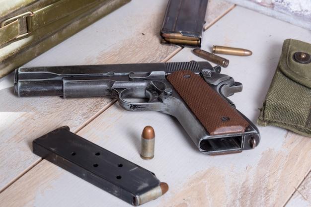弾薬を持つ拳銃m1911政府