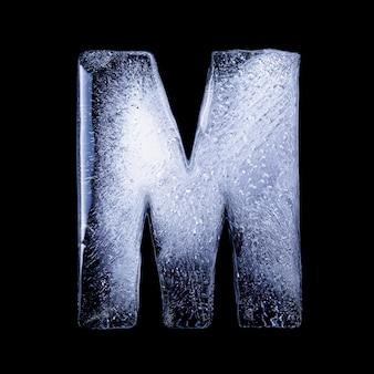 M замерзшая вода в форме алфавита на черном фоне