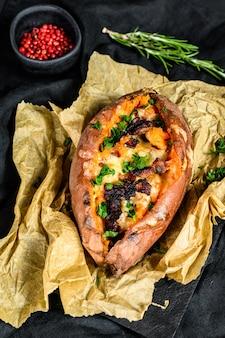チーズとベーコンを詰めた焼き山m。オーガニックサツマイモ。