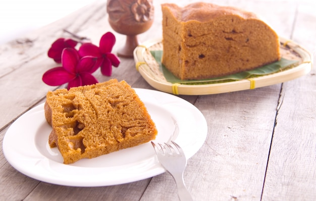 Ma lai gou - традиционный приготовленный на пару торт из малайзии на тарелке и банановом листе.