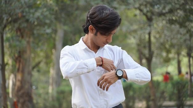Ма носить часы в руке