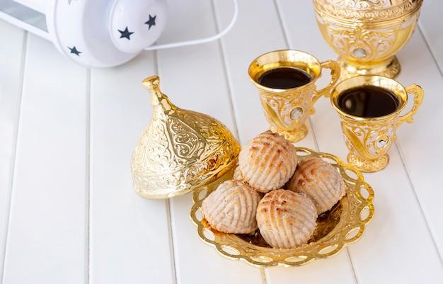 Maamoul традиционное арабское печенье или печенье с финиками или кешью, грецким орехом, миндалем или фисташками.