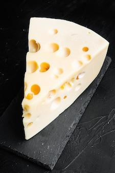 검은 돌 테이블에 마스 담 치즈 세트