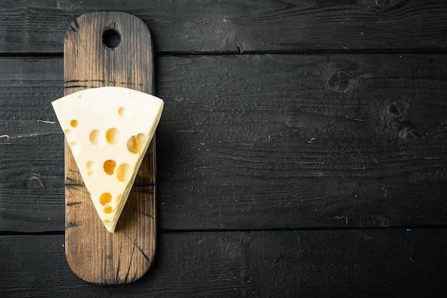 검은 나무 테이블에 마스 담 치즈 세트, 평면도 평면 누워