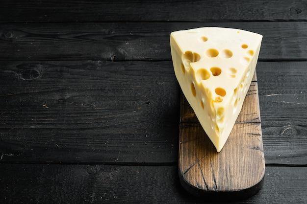 검은 나무에 마스 담 치즈 세트