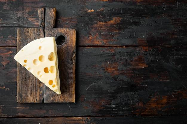 오래 된 어두운 나무 테이블에 마스 담 치즈 세트