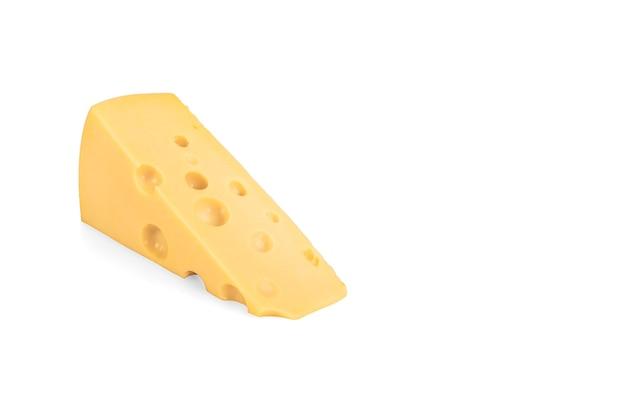 Сыр маасдам. треугольный кусок сыра с отверстиями, изолированные на белом. кусок сыра, изолированные на белом фоне.